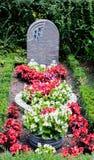 Fiori dopo un funerale in un vecchio cimitero immagini stock