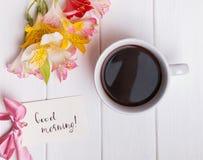 Fiori e caffè di Alstromeria sulla tavola bianca Fotografia Stock Libera da Diritti