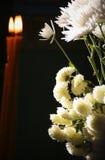 Fiori e candele Fotografie Stock