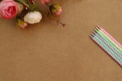 Fiori e candele di fiori e candele di buon compleanno! fotografie stock