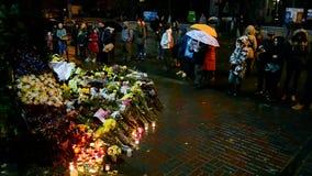 Fiori e candele di memoriale memorabile a Kiev, Ucraina, archivi video