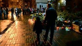 Fiori e candele di memoriale memorabile a Kiev, Ucraina, stock footage