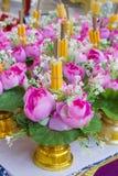 Fiori e candele per l'altare Fotografie Stock Libere da Diritti