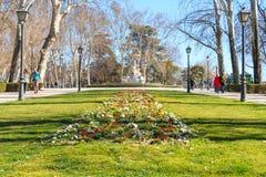 Fiori e fontana del parco di Buen più vicini Fotografie Stock Libere da Diritti