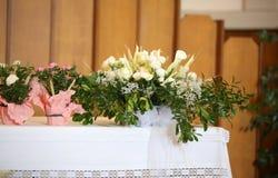 Fiori e l'altare santo Immagini Stock Libere da Diritti