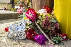 Fiori e lanterne gettati nel cimitero, rifiuti Immagini Stock