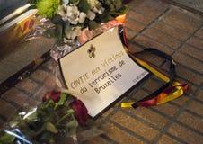 Fiori e messaggio in memoria delle vittime dei attacchi terroristici a Bruxelles all'ambasciata del Belgio a Madrid, Spagna Fotografie Stock Libere da Diritti