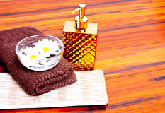 Fiori e panno e un asciugamano Immagine Stock Libera da Diritti