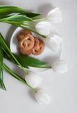 Fiori e pasticceria bianchi del tulipano Fotografia Stock Libera da Diritti