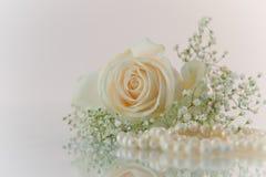 Fiori e perle su priorità bassa bianca Fotografie Stock Libere da Diritti