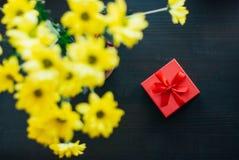 Fiori e regalo immagini stock