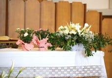 Fiori e sull'altare santo nella basilica Fotografia Stock Libera da Diritti