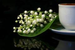 Fiori e tazza bianca di caffè nero Fotografie Stock