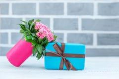Fiori e un regalo Il concetto è una festa, il giorno del ` s del biglietto di S. Valentino, m. Fotografia Stock