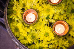 Fiori e una candela di galleggiamento Fotografie Stock Libere da Diritti