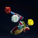 Fiori e vasi colorati levitating. Fotografie Stock