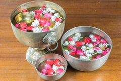 Fiori ed acqua di ghirlanda tailandesi con il gelsomino e la corolla delle rose dentro immagini stock libere da diritti