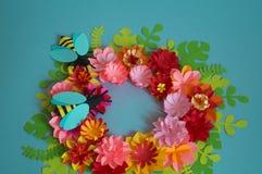 Fiori ed insetti fatti da carta su un fondo blu Fiori tropicali e una farfalla Immagini Stock