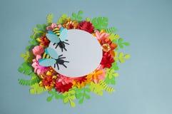Fiori ed insetti fatti da carta su un fondo blu Fiori tropicali e una farfalla Fotografie Stock