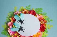 Fiori ed insetti fatti da carta su un fondo blu Fiori tropicali e una farfalla Fotografie Stock Libere da Diritti