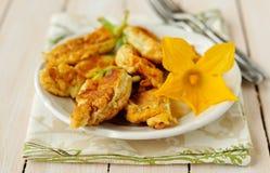 Fiori farciti fritti dello zucchini Immagini Stock Libere da Diritti