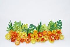Fiori fatti di fatto a mano di carta Vista da sopra Fiori di Pasqua I precedenti rosa Il giorno del biglietto di S. Valentino san fotografia stock