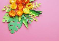Fiori fatti di fatto a mano di carta Vista da sopra Fiori di Pasqua I precedenti rosa Il giorno del biglietto di S. Valentino san immagine stock libera da diritti