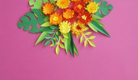 Fiori fatti di fatto a mano di carta Vista da sopra Fiori di Pasqua I precedenti rosa Il giorno del biglietto di S. Valentino san fotografia stock libera da diritti