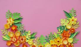 Fiori fatti di fatto a mano di carta Vista da sopra Fiori di Pasqua I precedenti rosa Il giorno del biglietto di S. Valentino san immagine stock