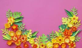 Fiori fatti di fatto a mano di carta Vista da sopra Fiori di Pasqua I precedenti rosa Il giorno del biglietto di S. Valentino san immagini stock