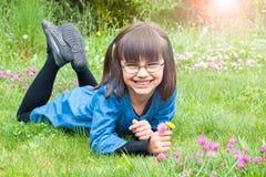 Fiori felici di raccolto della bambina Immagini Stock Libere da Diritti