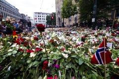 Fiori fuori della chiesa a Oslo dopo il terrore 4 Fotografie Stock Libere da Diritti