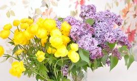 Fiori gialli con il gambo ed il lillà verdi Fotografie Stock