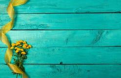 Fiori gialli su una priorità bassa blu Fotografia Stock Libera da Diritti