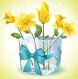 Fiori gialli in un vaso di vetro quadrato Fotografia Stock Libera da Diritti