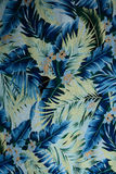 Fiori hawaiani d'annata e foglie del tessuto di struttura Immagini Stock