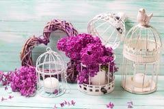 Fiori, lanterne e cuore lilla sul backgro di legno del turchese Fotografie Stock Libere da Diritti