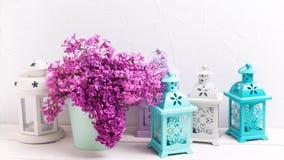 Fiori lilla della primavera in lanterne del brigh e della scatola sulla b di legno bianca Immagini Stock Libere da Diritti