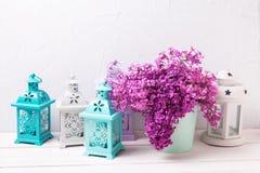 Fiori lilla della primavera in lanterne del brigh e della scatola sulla b di legno bianca Fotografia Stock Libera da Diritti