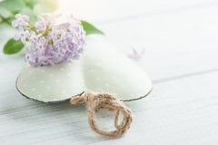 Fiori lilla porpora e cuore verde decorativo Fotografie Stock