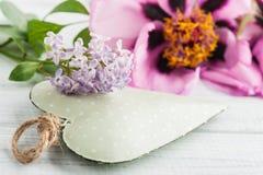 Fiori lilla porpora e cuore verde decorativo Immagini Stock Libere da Diritti