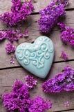 Fiori lilla viola e cuore decorativo del turchese Fotografie Stock Libere da Diritti