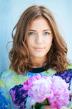 Fiori marroni della ragazza dei capelli del ritratto Fotografia Stock