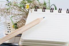 Fiori, matita, libro e un taccuino Fotografia Stock Libera da Diritti