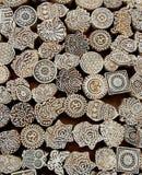 Fiori, modelli, simboli del sole su superficie di legno dei blocchetti della muffa per il tessuto tradizionale di stampa Fondo da Immagini Stock