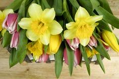 Fiori multicolori della molla del mazzo su fondo di legno Fotografie Stock Libere da Diritti
