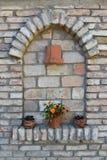 Fiori nei vasi da fiori sulla parete Immagine Stock Libera da Diritti