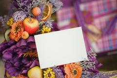 Fiori nel canestro accanto alla carta vuota, spazio della copia Immagine Stock Libera da Diritti