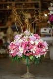 Fiori nel canestro Copi lo spazio Decorazioni floreali Fotografia Stock Libera da Diritti
