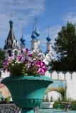 Fiori nel monastero medioevale di traditonal russo Fotografia Stock Libera da Diritti